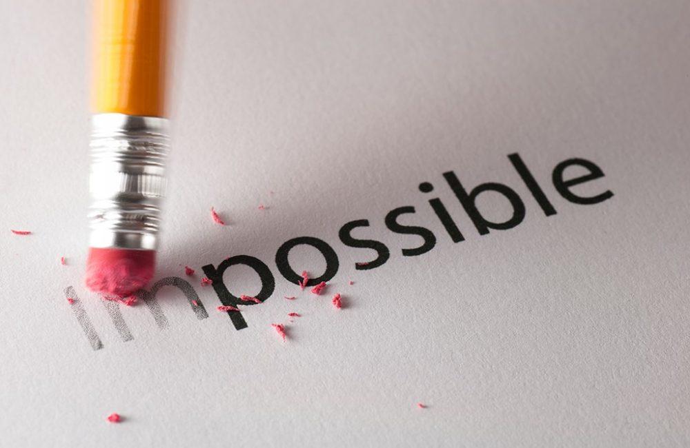 Gomme d'un crayon en train d'éffacer le mot impossible.